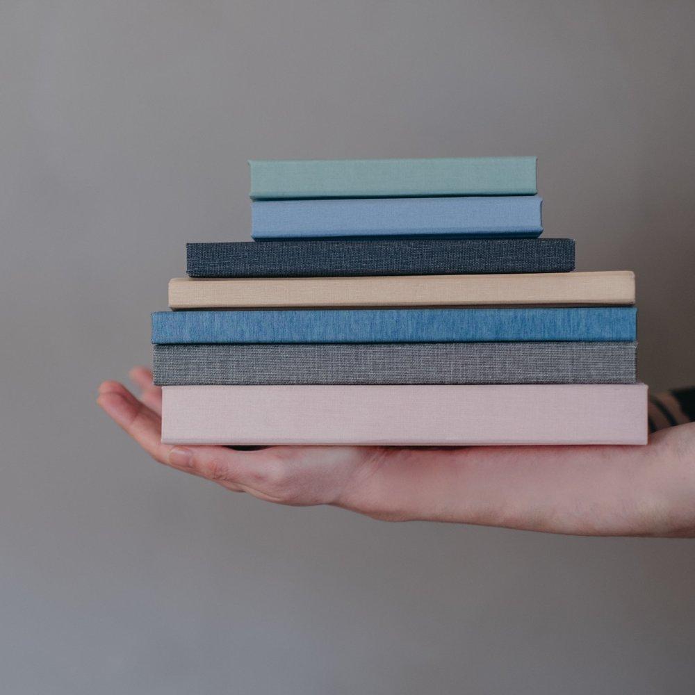 Vår  mest populära produkt  - Album Linne - har linneomslag. Boken finns från 20x20 cm och har 10 uppslag som standard men de flesta väljer fler - Från 3 100 kr.