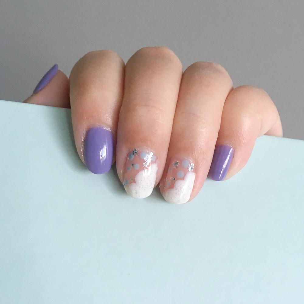 Rain inspired nails. White: China Glaze 622 Moonlight/ Blue dot: Essie 868 Meet The Parents/ Glitter: China Glaze 551 Fairy Dust, Sally Hansen 01 Showgirl Chic