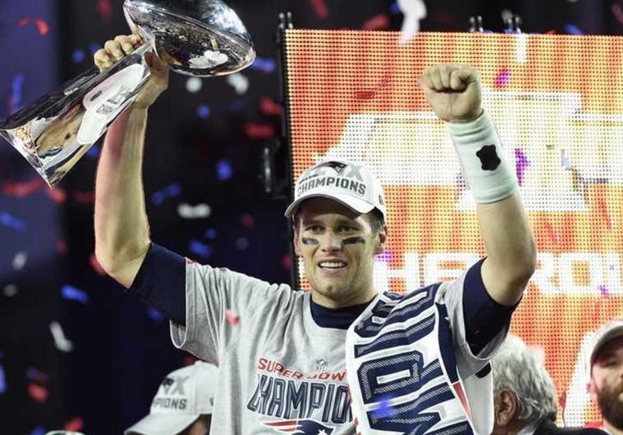 Tom-Brady-with-trophy.jpg