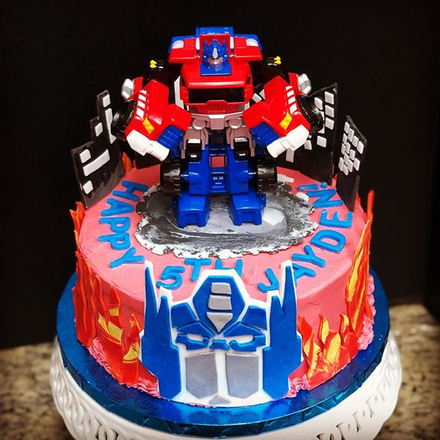 Happy 5th Birthday to Jayden! He got an Optimus Prime strawberry cake filled with strawberry buttercream! . . . #transformers #optimusprime #flames #transformerscake #birthdaycake #cake #buttercream #strawberrycake #strawberrybuttercream #dessert #food52 #instagood #dessert #party #birthdayparty #cakesbylynn #instacakes #cakesofinstagram #dessertstagram