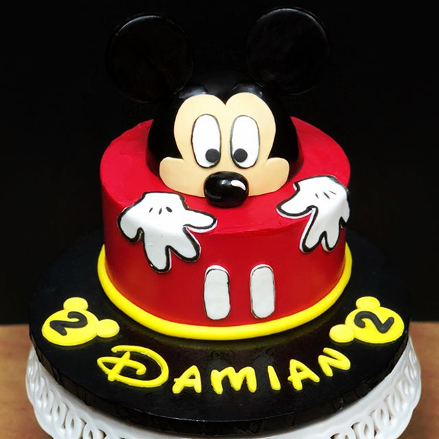 Happy 2nd Birthday to Damian!! His mama's celebrating his big day with a Mickey Mouse funfetti cake with vanilla bean buttercream finished with fondant details! If you look closely there are also Mickey cake batter and Minnie fruity pebbles macarons! You are one lucky kid to have a mama who loves you so much! :) . . . #mickeymouse #mickey #minnie #disney #mickeycake #buttercream #frenchmacarons #sweets #desserts #cake #macarons #frenchmacarons #cakestagram #secondbirthday #buttercream #fondant #vanillabeanbuttercream #vanillabean #baker #fondx #food52 #macaronsbylynn #cakesbylynn #disney #endlesshashtags