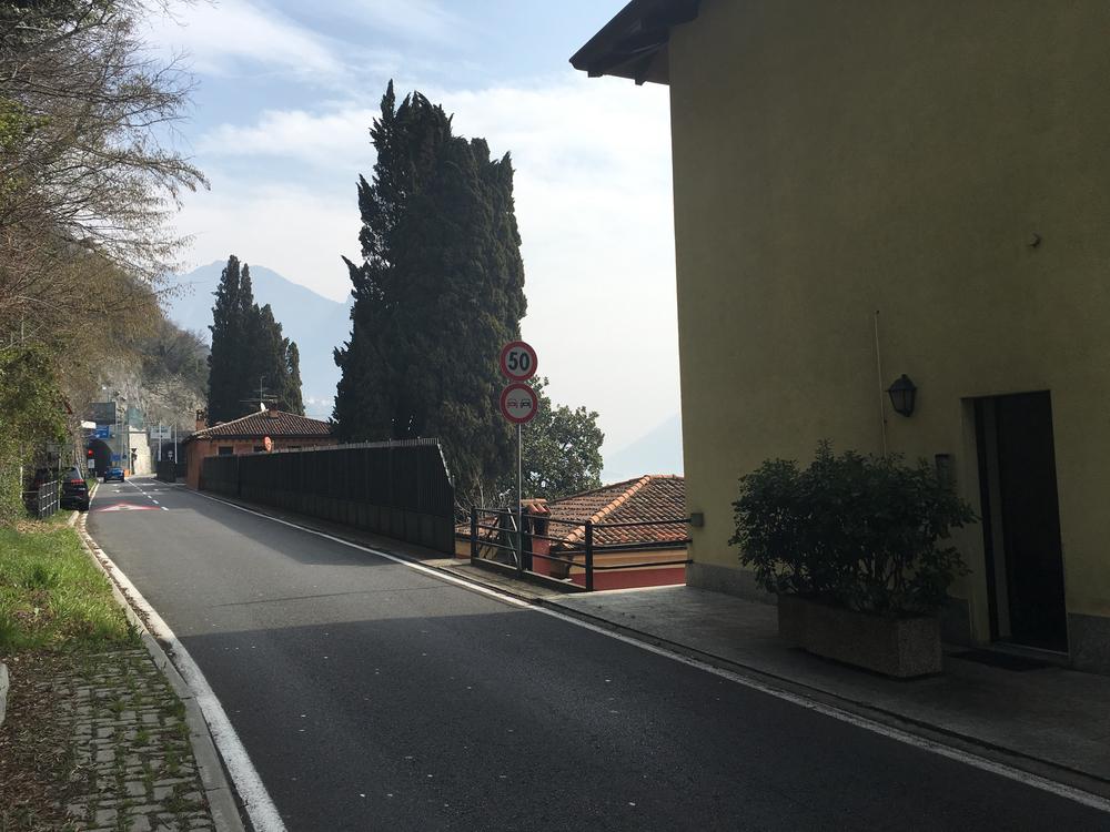 Schmaler fußweg (rechts der Straße) bis zum Einstieg in den Alten historischen Weg nach Oria