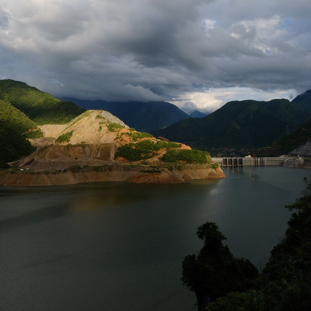 A dam on the river Da beat Sapa and Fansipan.