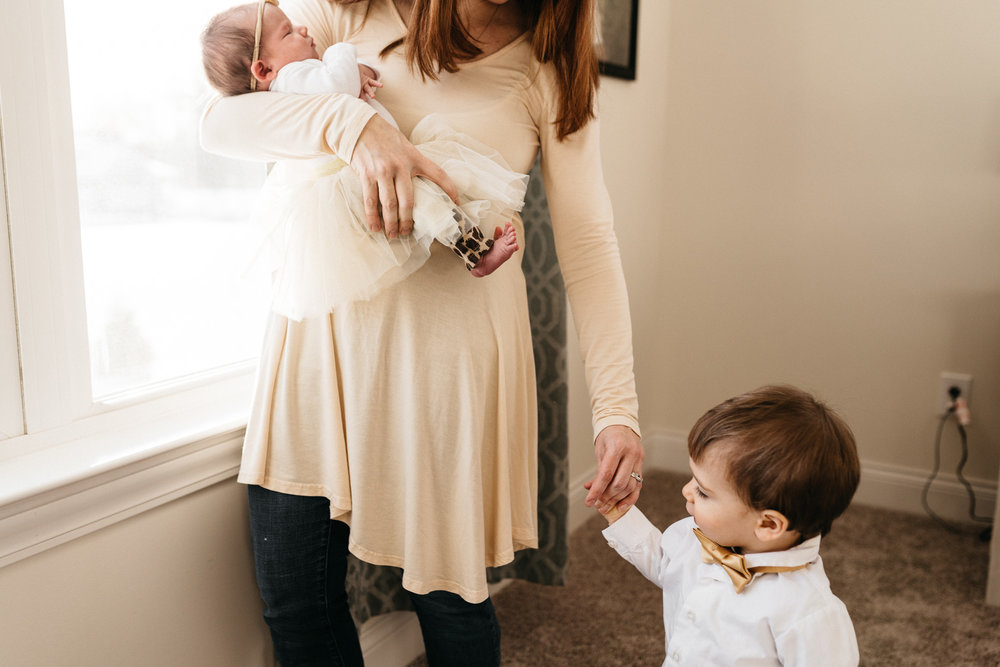 mother-with-new-baby-and-little-brother-Columbus-Ohio-Photographer-Erika-Venci-Photography