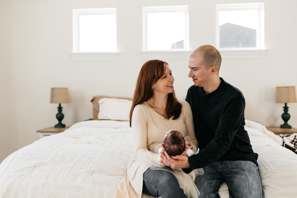Parents-holding-newborn-daughterColumbus-Ohio-Photographer-Erika-Venci-Photography