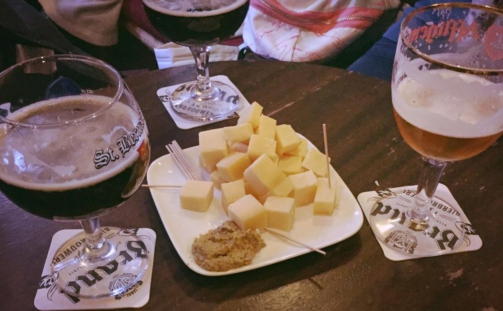 Orta yağlı Chimay trappist peyniri ve tane hardal ile bira Queyfi
