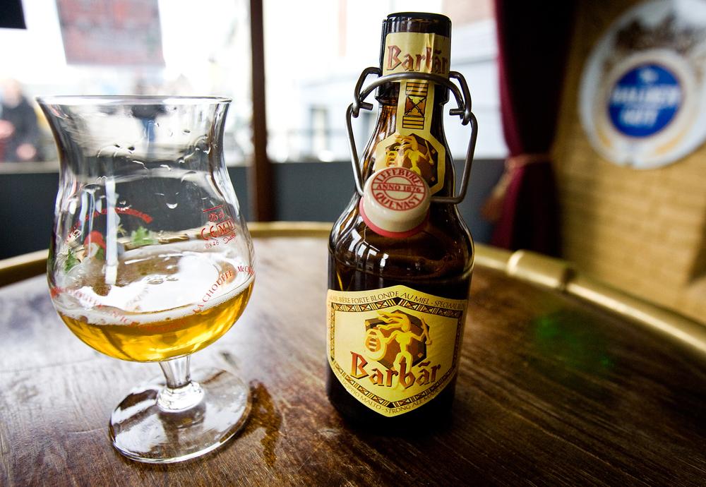 La Chouffe bardağında servis edildiğine bakmayın, dikkat çekmek istediğim nokta bu biranın da kapaksız, elle açılan modelinin olduğu ama bizde olmaması.