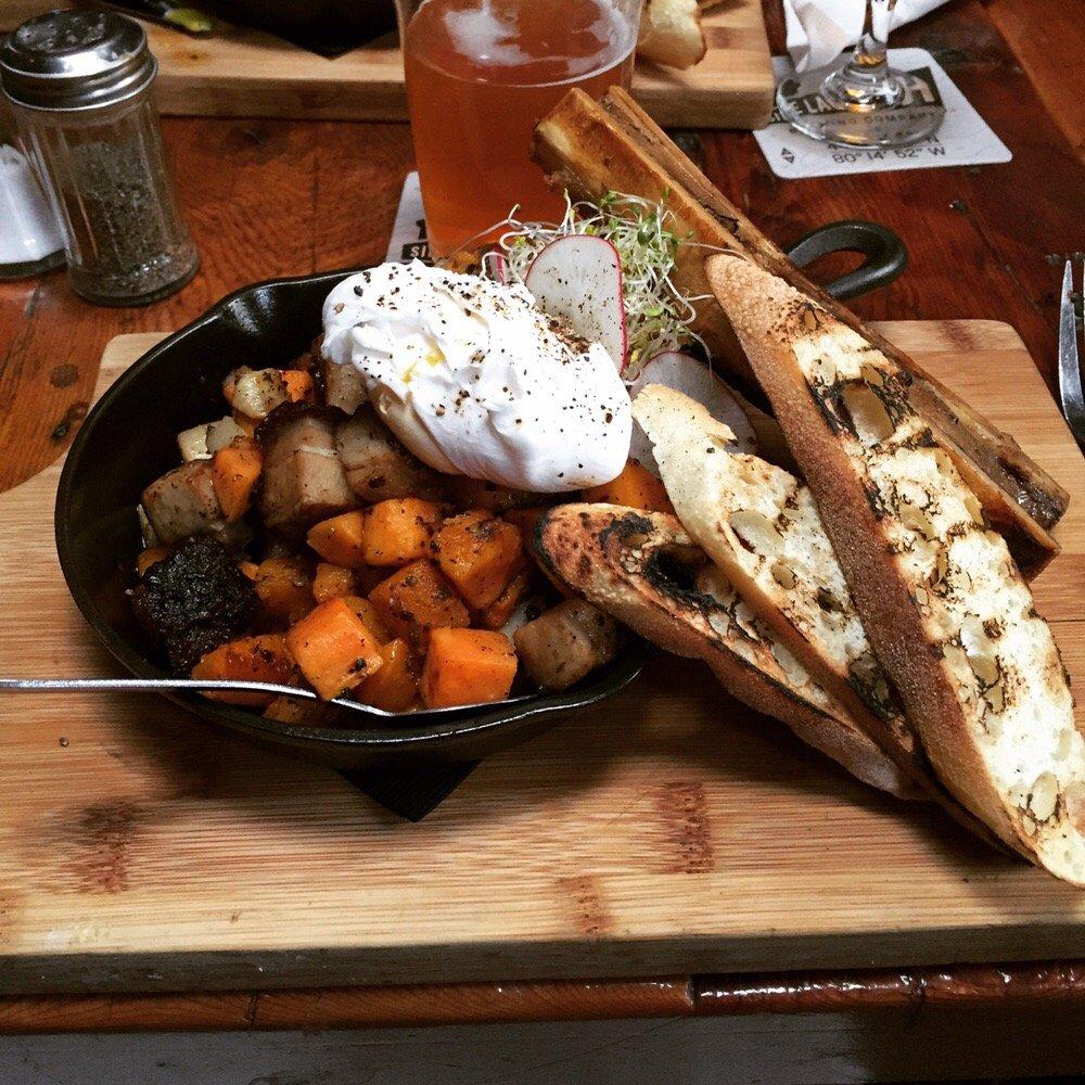 Domuzun göbek kısmından yapılmış patatesli güzel bir yemek ve yanında tabii ki yumurta ve eppek
