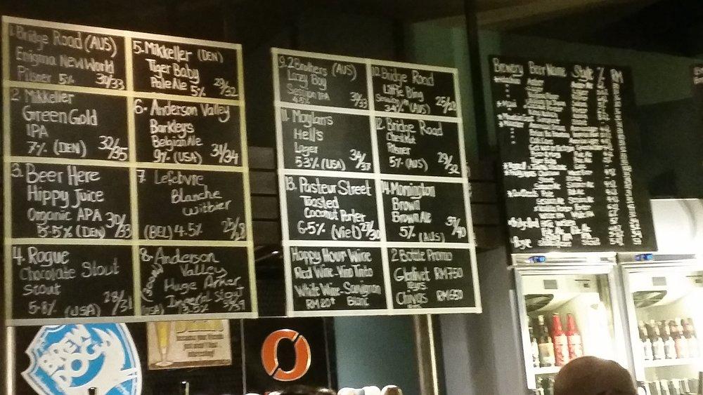 Solda fıçılar sağdaki tabloda da şişe biralar yazıyor. Daha düzenli olamazdı...İşte bunu istiyoruz