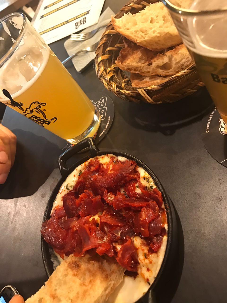 BierCab Provolone diye geçen, Güney İtalya'dan pasta filata tipi italyan peyniri üzerinde ince dilimli chorizo! Burada yediğim en efsane şey, tavsiye ederim