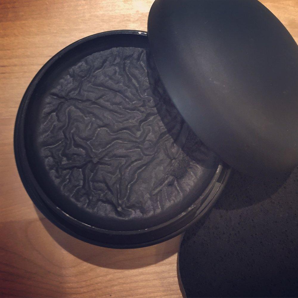 Tuhtia, mustaa tavaraa tuo detox-hiilisaippua, mutta ajaa todella asiansa.