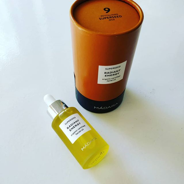 Radiant energy? Yes, please! My summer gift to my self is this little jar of most pampering oil from Madara. Perfect for after sun and I am loving the citrus scent! . . . #naturalbeauty #madara #naturalcosmetics #luonnonkosmetiikka #facialoil #aftersun @madaracosmetics