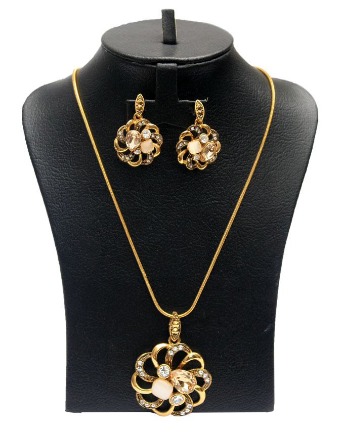 petal studded gold plated - 2 pc   n5,500