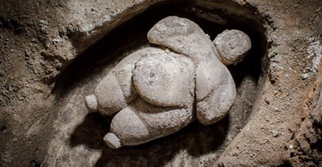 http://arstechnica.com/science/2016/09/amazing-intact-statue-of-a-woman-unearthed-at-the-neolithic-city-of-catalhoyuk-in-turkey/
