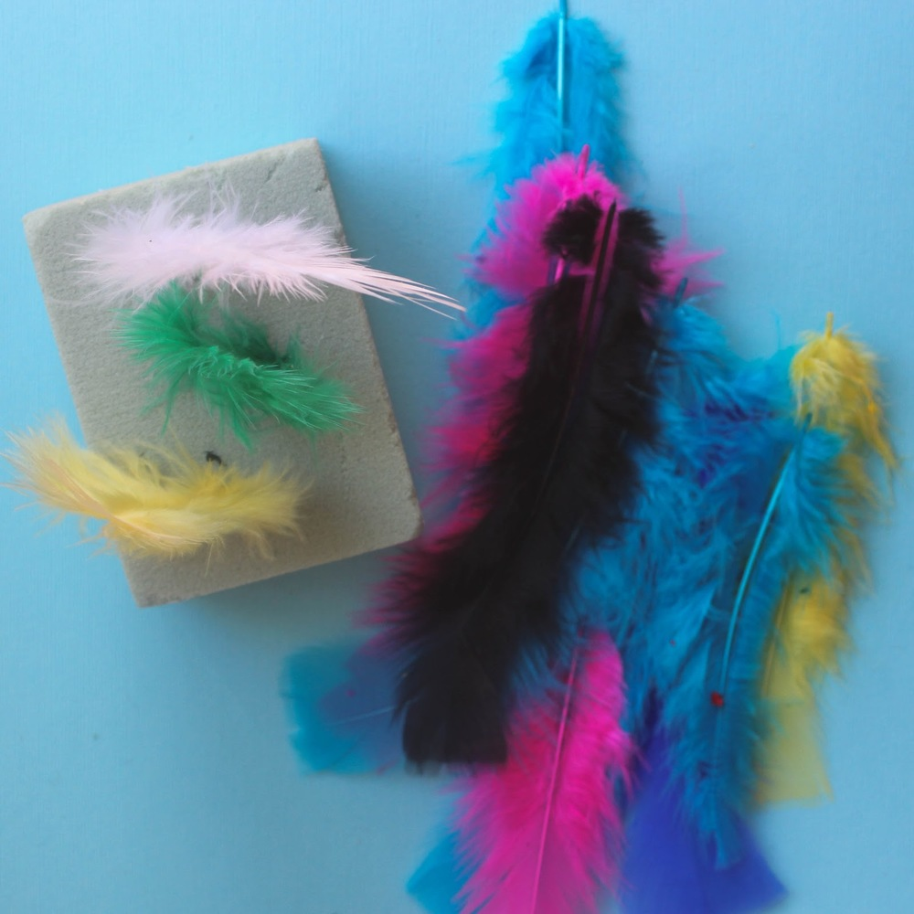 Feathers and floral foam are all you need for this great toddler busy bag activity  http://www.littlecityadventures.com/2016/04/10-simple-and-fun-toddler-busy-bags.html