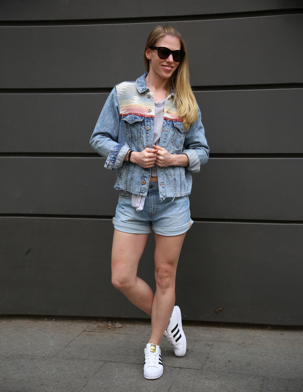 Shirt - Pull&Bear. Shorts - Pull&Bear. Shoes - Adidas. Shades - Yves Saint Laurent