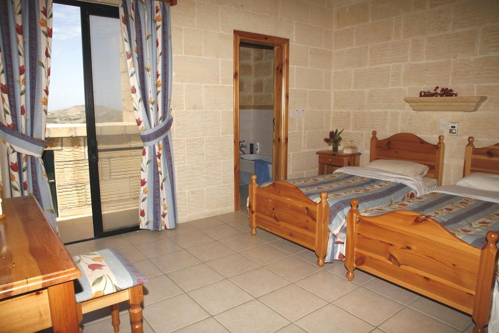 1st single bedroom with en-suite shower