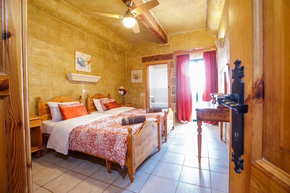 Ensuite twin bedroom no.1