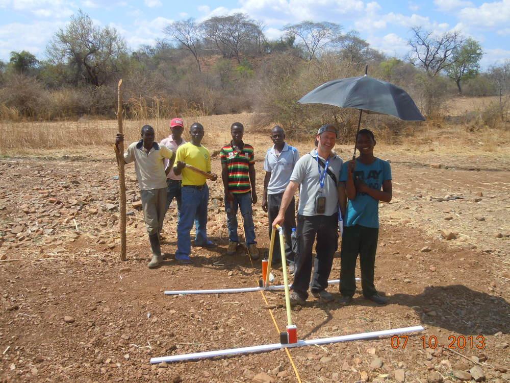 Группа исследователей с георадаром готова к работе.