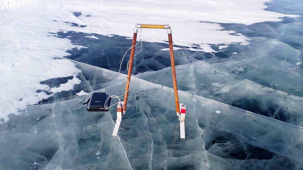Рис. 3. Георадар ГРОТ 12Н с антеннами 0.5 метров на льду озера.