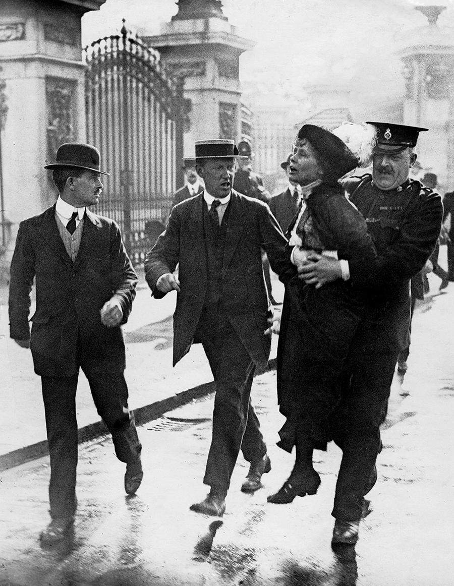 w03 - Suffragette anholdes af politi, London 1912 - arkivfoto.jpg