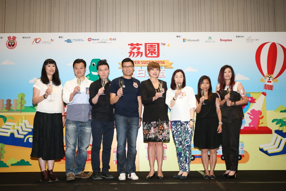 """Duncan Chiu, chairman of Lai Yuen Amusement Park Limited (fourth from left), together with all sponsors and partners of """"Lai Yuen Super Summer 2016"""", give a toast to success."""