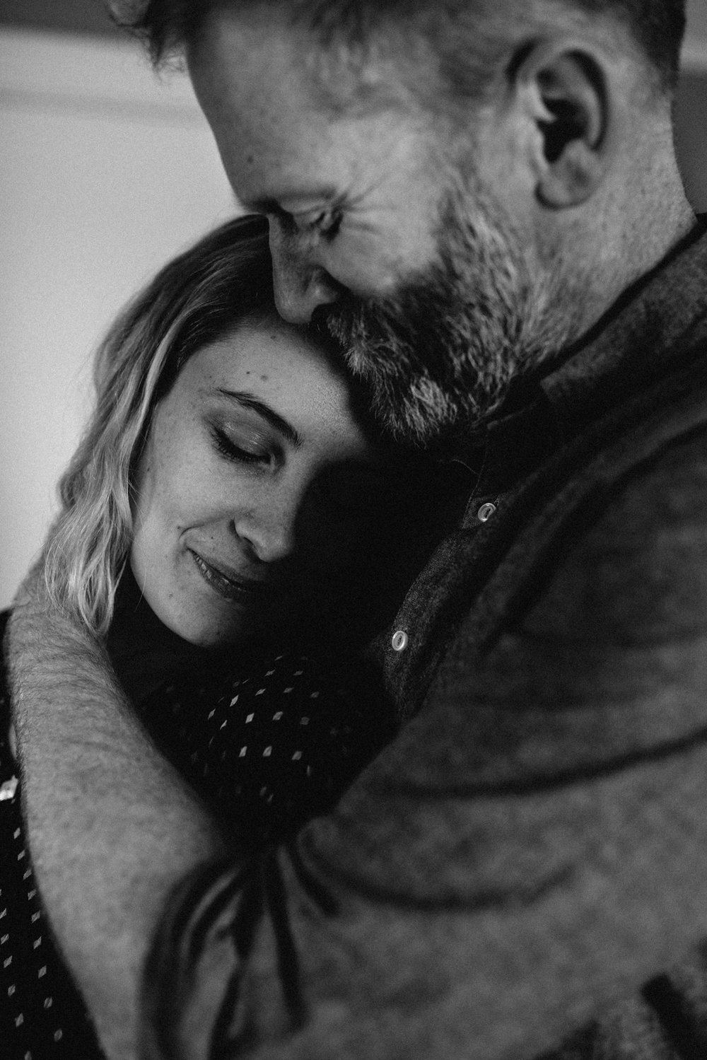 Couple-in-home-portrait-man-holding-vsco-black-white-copyright-Elisabeth-Waller.jpg