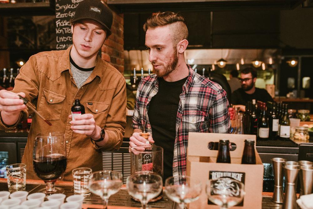 stonecutter-spirits-bartenders-mixing-drinks-©-Elisabeth-Waller_DSC0763.jpg