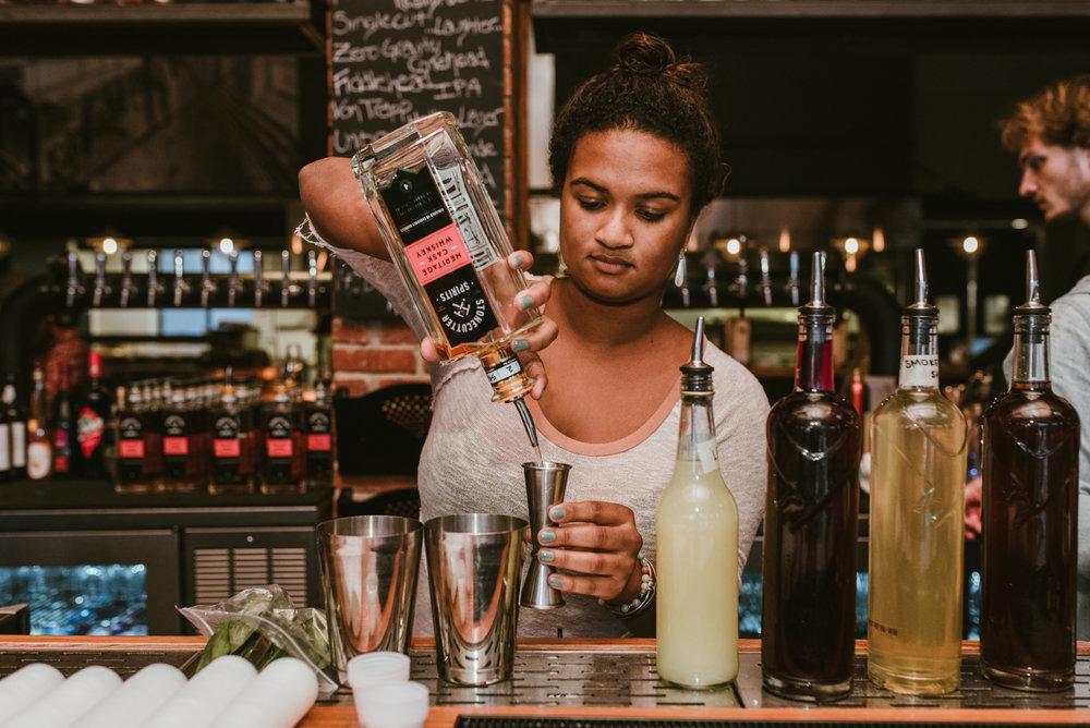 stonecutter-spirits-bartenders-mixing-drinks-©-Elisabeth-Waller_DSC0844.jpg