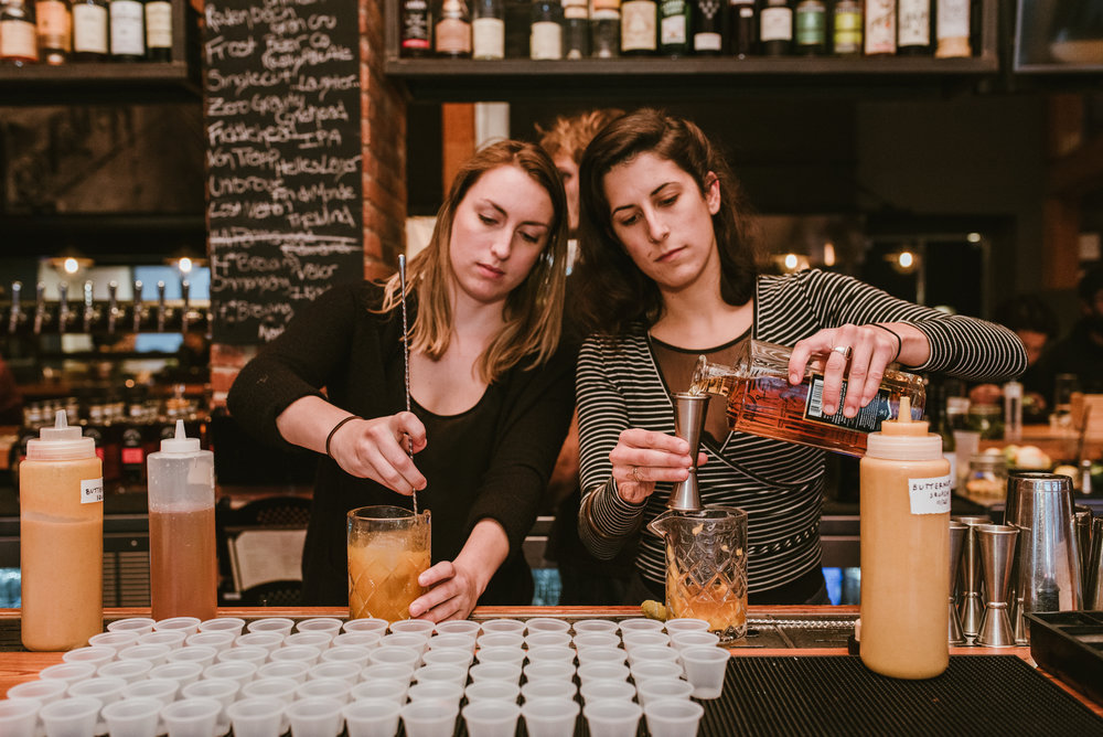 stonecutter-spirits-bartenders-mixing-drinks-©-Elisabeth-Waller_DSC0922.jpg