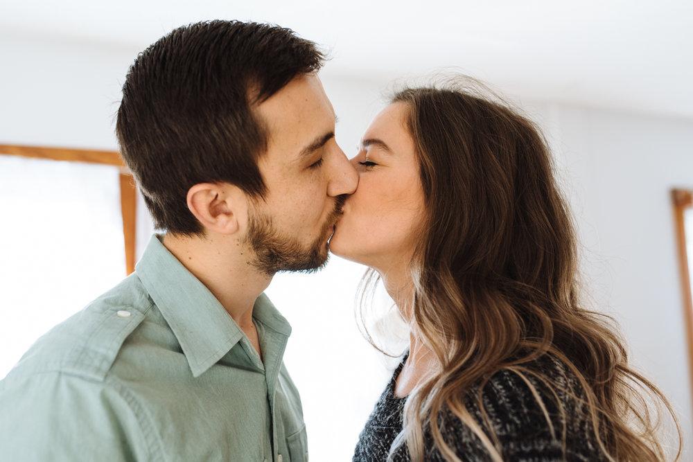 couple-kissing-©-Elisabeth-Waller-17.jpg