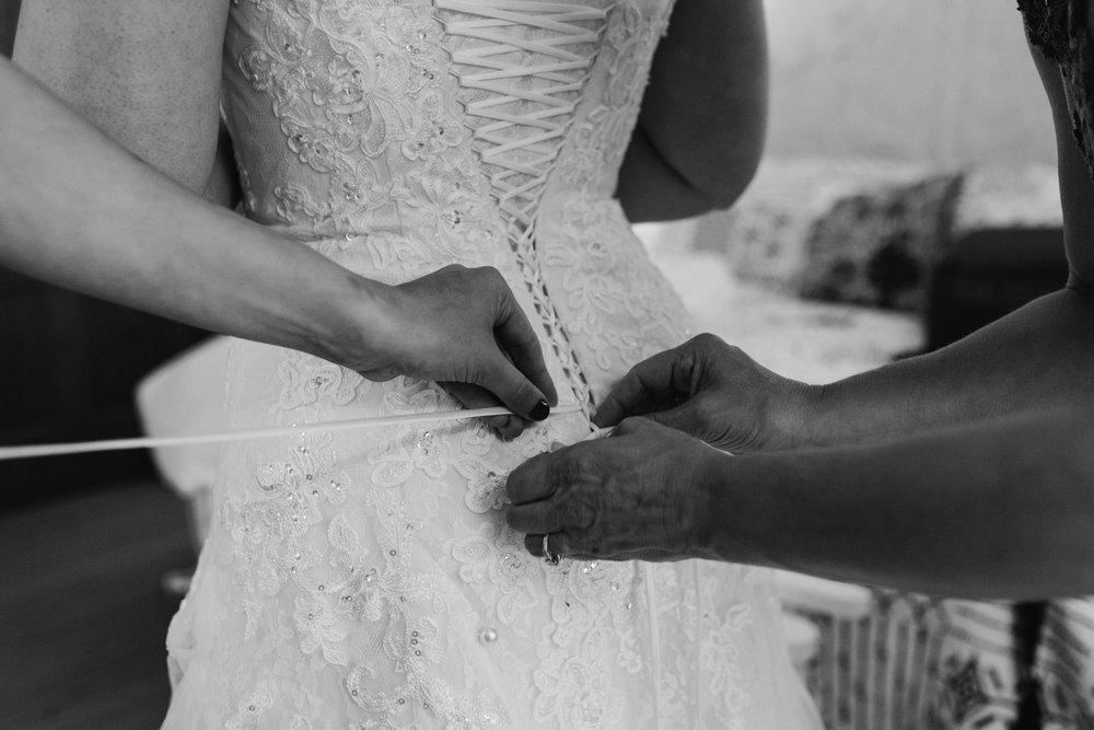 brides-dress-being-laced-up-43©_Elisabeth-Waller.jpg