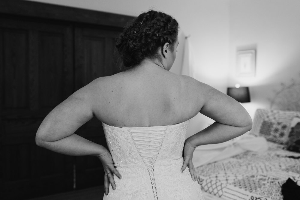 bride-getting-ready-3©_Elisabeth-Waller.jpg