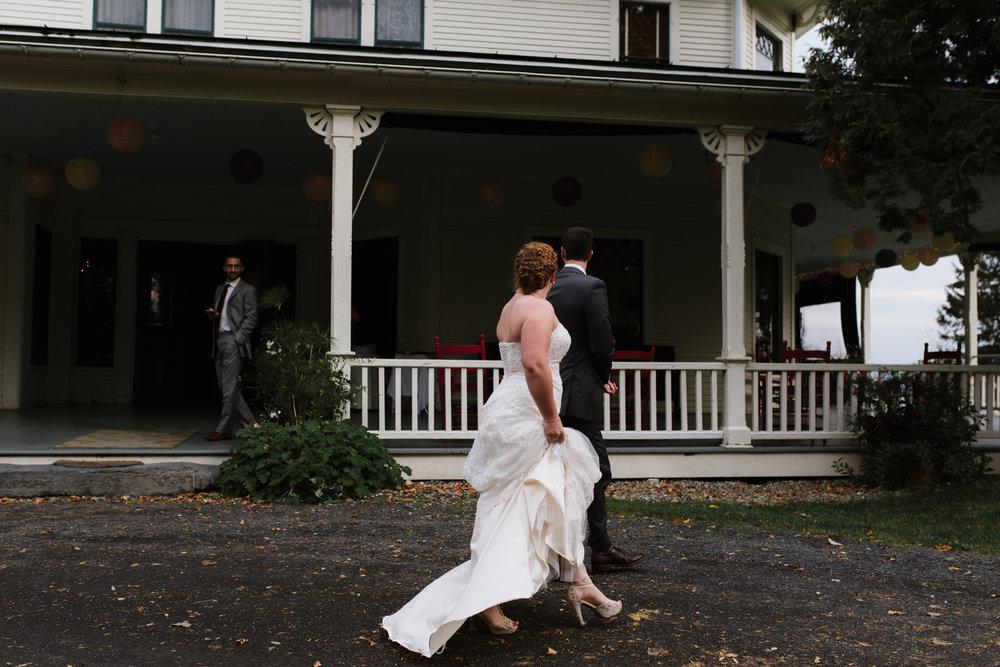 bride-groom-walking-by-11©_Elisabeth-Waller.jpg