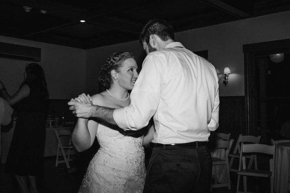 bride-groom-dancing-44©_Elisabeth-Waller.jpg