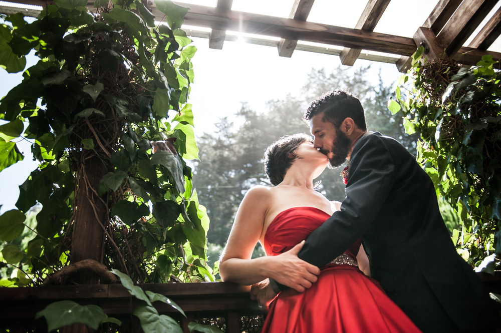 stanfordinn_mendocino_redweddingdress_realwedding_kiss