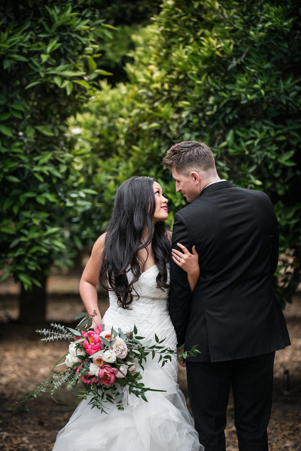 realcouple_bouquet_anniversarysession_orangegroves_redlands_prospectpark