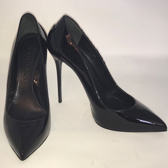 Alexander McQueen black patent heels. Really glam, but can be worn with all your looks! Size 39, £199. @alexandermcqueen #alexandermcqueen #designer #style #fashion #nearlynew #preloved #forsale #fusspotts #shoeporn #shoeaddict #blackheels #blackpatentheels #wow #completeyourlook #strutyourstuff @celine @prada @chanelofficial @hermes @fusspottsoxted