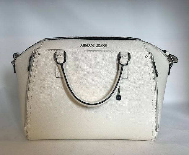 Beautiful white Armani handbag. A great size, and with a handy shoulder strap! £159 @fusspottsoxted #armani #armanijeans #designer #fashion #nearlynew #preloved #forsale #fusspotts #whitehandbag #handbagporn #style #blogger #boutique #handbag #handbagfashion