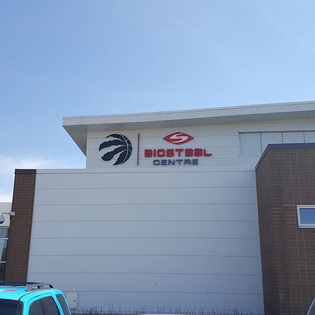 Arrived at the biosteel centre. On site suiting for the day. - - - - - - - - - - -  #onsitesuits #madetomeasure #kingandrooksuits #raptors #playoffs2017 #suitingintoronto #raptorsuiting #tallsuits #canadianborn #gorapsgo #trainingday