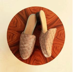 BLÉQUE    Zapatos hechos a mano para la mujer que, incluso cuando es casual, es hermosa y sofisticada.   Colección con diseño contemporáneo y moderno que acompaña a la mujer que no para, con aquella energía que viene de dentro hacia fuera, que contamina, que explota a través de colores, materiales, texturas y mucho movimiento. Creemos en la producción hecha a mano y en la calidad que proporciona. En el exclusivo, único! En las piezas que cargan estilos y cuentan historias.