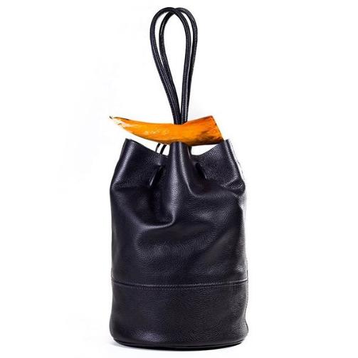 MATRI    Elegante en detalle.   Una marca que desarrolla bolsos, artículos y accesorios dedicados a mujeres conectadas a las tendencias de la moda y que valoran elegancia y originalidad.