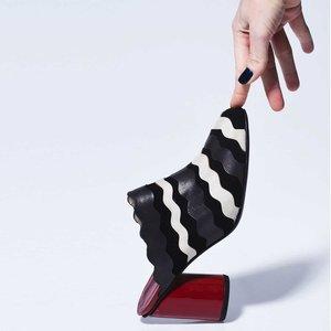 MASQUÉ POR ADRIANA PEDROSO    Una marca que une el arte, el confort y el chic con una pizca de un universo lúdico.   Adriana Pedroso, diseñadora de la marca, inaugura oficialmente la marca en mayo de 2010, con el objetivo de ofrecer zapatos que alian confort, calidad, arte y, sobre todo, el chic. Con carácter atemporal y fabricación artesanal, Masqué trata cada zapato como único, porque todos los modelos son hechos a mano, con exclusividad y sofisticación.