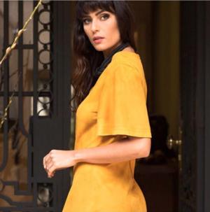 CAROL ARBEX    Adopte una estética delicada y elegante.   Los modelos que valoran la silueta se confeccionan con tejidos suntuosos y drapeados sutiles. Los colores suaves se unen a estampas artísticas, mientras que elementos luminosos, texturas armoniosas y detalles refinados dan exuberancia a las colecciones atemporales de moda femenina
