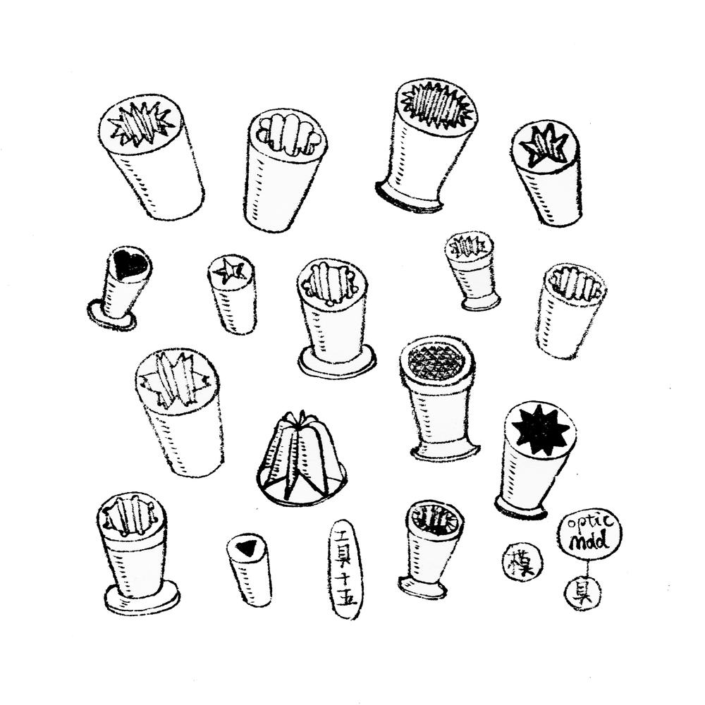 17.   工具十五,模具 吹制模具的诞生源自古老的中世纪。用于给华丽的高脚杯或轻薄器皿增加纹理。模具通常为实心的金属(以前多为铸铜,现在铸铝多一些)制成,内部有瓦楞状或者钻石状等等纹理。吹制工匠将整形成管状的热玻璃放在模具里轻吹充满内壁,就会在玻璃表面压上不同的肌理了。如果模具过于复杂,通常会制成两部分用合叶链接,以防止玻璃卡在模具里取不出来。  Tool15. Optic Molds Optic molds ( or optics), a fundamental tool in glassblowing, has been made in various forms since the middle ages. They are metal open ended tube molds that form ridges in the outside of glass. These ridges may be straight lines or diamond patterns. Most optics are solid, but those with complex patterns requires a hinged split to remove the glass.