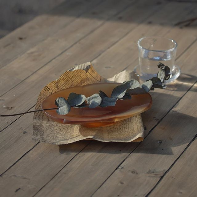 A hint of garden, a hint of quietness. 🍂  The sunlight came out when we randomly placed this plate on the wooden table. Then the shutter was clicked. And this magical amber atmosphere was captured... #tuiglass  #productiondesign  #castglass  #tableware #forhome #momentcaptured #goodmemory
