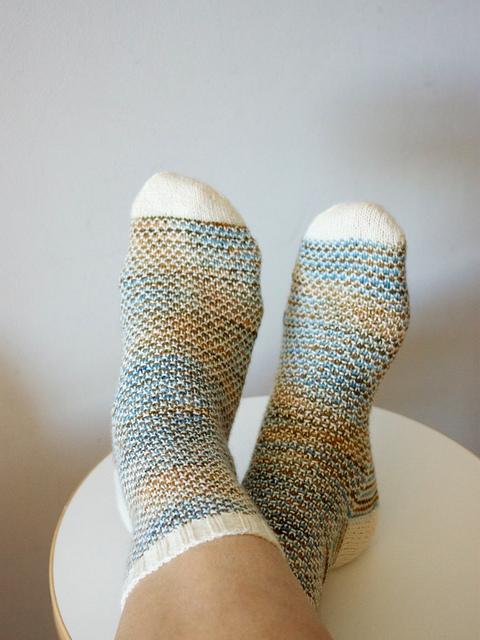 Broken Seed Stitch Socks by Hanna Levaniemi Image © Handepande