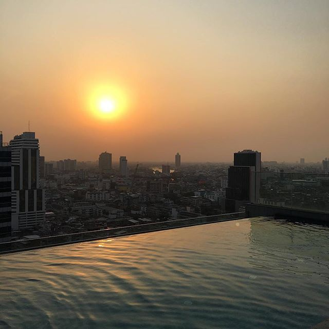 Goodnight Bangkok 🇨🇷#amarabangkok #rooftoppool #einzweibierchen #studyabroad2017 #busycity #usw #derguide ( #📷 @lukas_zeiger via @latermedia )⠀ Where does study abroad take you? ⠀ --⠀ Want to share your #studyabroad adventures? Use hashtag #abroadjournal to be featured!