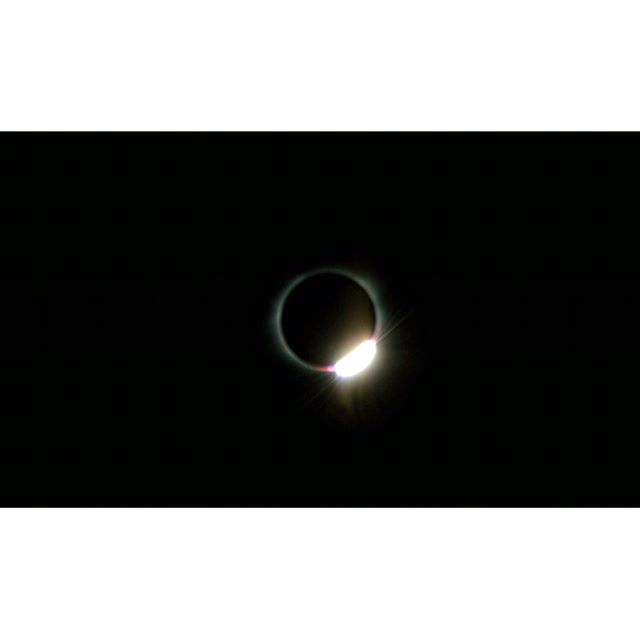 Commemorating today's beautiful total solar eclipse with some fantastic shots. Doesn't this diamond 💎 effect inspire you? Check out our website for some 💍 options that could be yours today (credit to the talented photographer @tia_rules1915) #totality #totalsolareclipse #diamondeffect #hits #rings #jewelry #diamonds #bling #miami #miamijewelry #sun #moon #finejewelery