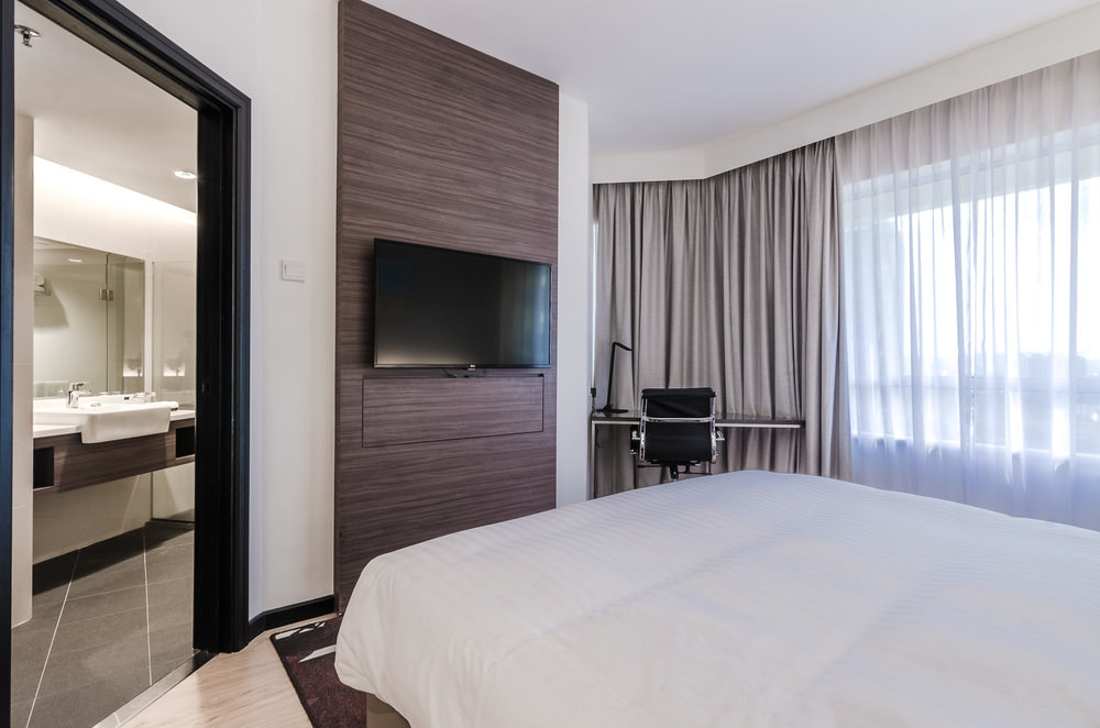 oakwood-hotel-kuala-lumpur-malaysia-bedroom-bathroom.jpg